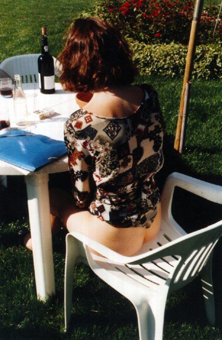 Une femme à poil dans son jardin
