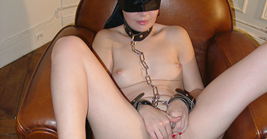 Blindfolded slut wanks her pussy